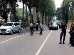 personel-keamanan-tni-polri-periksa-kendaraan-yang-melintas-di-kawasan-senayan201.jpg