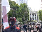 perwakilan-massa-buruh-diizinkan-polisi-bertandang-ke-gedung-mahkamah-konstitusi.jpg