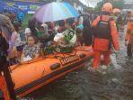 petugas-basarnas-mengevakuasi-warga-yang-terjebak-banjir-di-kalsel.jpg