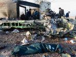 petugas-berkumpul-di-lokasi-jatuhnya-pesawat-ukraina-di-parand-wilayah-barat-daya-teheran.jpg
