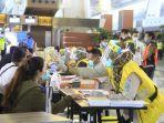petugas-di-bandara-soekarno-hatta-sedang-melakukan-rapid-test-kepada-penumpang.jpg