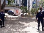 petugas-keamanan-berjaga-jaga-di-gbi-mawar-saron-kelapa-gading-jakarta-utara.jpg