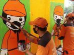 petugas-ppsu-kelurahan-cengkareng-barat-jakarta-barat-melukis-mural.jpg