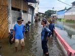 petugas-sumber-daya-air-sda-jakarta-barat-atasi-banjir-di-rob-di-tegal-alur-kalideres.jpg
