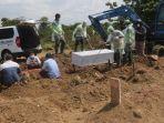 petugas-tpu-tegal-alur-kalideres-jakarta-barat-sedang-melakukan-prosesi-pemakaman-jenazah.jpg