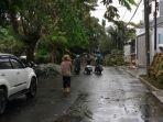 pohon-tumbang-imbas-hujan-deras-dan-angin-kencang-di-meruya-utara-pada-senin-2862021.jpg