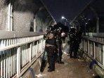 polisi-berjaga-di-jpo-pada-aski-demo-mahasiswa.jpg