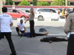 polisi-berusaha-mengejar-teroris-di-sekitar-mapolda-riau1_20180516_143947.jpg
