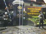polisi-lengkap-dengan-senjata-laras-panjang-berjaga-di-mapolrestro-bekasi-kota.jpg