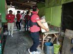 polisi-menggeledah-kampung-peninggaran_20171214_133629.jpg