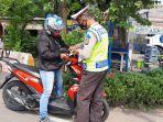 polisi-menindak-pelanggar-lalu-lintas-di-jalan-daan-mogot-kalideres-jakarta-barat.jpg