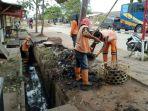 ppsu-bersihkan-saluran-air-di-sekitar-blok-d-rusunawa-marunda-2_20180901_162259.jpg