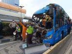 proses-evakuasi-jenazah-sopir-bus-transjakarta.jpg