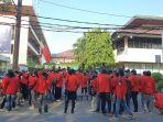 ratusan-mahasiswa-unjuk-rasa-di-depan-gedung-universitas-mercubuana-jakarta-barat-senin-2962020.jpg