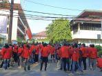 ratusan-mahasiswa-unjuk-rasa-di-depan-kampus-mercubuana.jpg