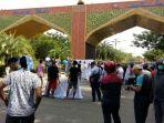 ratusan-massa-memblokade-gerbang-bandara-ssk-ii-pekanbaru_20180825_160046.jpg