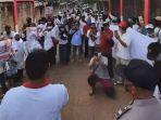 ratusan-warga-desa-curug-dan-desa-padurenan-gunung-sindur-melakukan-aksi-unjuk-rasa.jpg