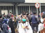 ratusan-warga-menunggu-anggota-keluarga-mereka-dilepas-polisi-di-polda-metro.jpg