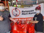 relawan-heri-koswara-bagikan-makanan-untuk-warga-isolasi-mandiri.jpg