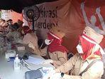 relawan-vaksinasi-pakai-pakaian-adat-dan-pejuang.jpg