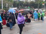 ribuan-buruh-dan-mahasiswa-demo-di-depan-patung-kuda-monas-jakarta-pusat-kamis-28102021-siang.jpg