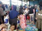 ribuan-warga-tangerang-kebanjiran-banyak-bayi-rewel-kepanasan-di-pengungsian050201.jpg