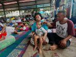 rizki-ramadhan-bersama-orangtuanya-di-lokasi-pengungsian-korban-banjir-di-gor-periuk.jpg