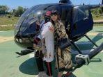 rohimah-berpose-di-depan-helikopter.jpg