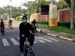 rombongan-pesepeda-di-taman-mini-indonesia-indah.jpg