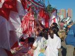 rusdi-26-salah-satu-pedagang-bendera-di-pasar-baru-kota-bekasi-sabtu-140821.jpg