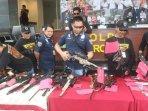 salah-satu-tersangka-sindikat-senjata-api-ilegal-ternyata-mantan-kekasih-bebby-fey180308.jpg