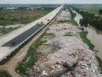 sampah-menumpuk-di-sisi-atau-bantaran-kali-cbl-cikarang-bekasi-laut-kabupaten-bekasi-jawa-barat.jpg