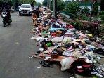 sampah-sisa-banjir-menggunung-di-pinggir-jalan-underpass-bekasi-timur071.jpg