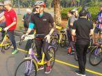 sandiaga-uno-coba-sepeda-gratis-di-monas_20180727_115529.jpg