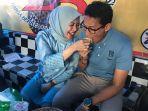 sandiaga-uno-dan-nur-asia-makan-durian-di-bandar-lampung_20181009_145448.jpg