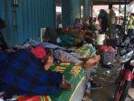 sebagian-pengungsi-yang-rela-tidur-di-pelataran-rumah-toko-di-kecamatan-labuan.jpg