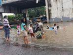 sejumlah-anak-asyik-bermain-di-genangan-air-yang-kotor-di-jalan-gatot-subroto-cibodas.jpg