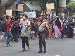 sejumlah-imigran-membawa-anak-anak-dalam-aksi-demo130720202.jpg