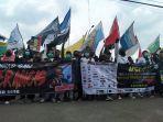 sejumlah-massa-melakukan-aksi-demo-di-depan-kantor-pemerintah-kabupaten-karawang.jpg