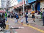 sejumlah-penumpang-krl-terlihat-menunggu-angkutan-umum-di-jalan-palmerah-selatan.jpg