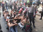 sejumlah-remaja-diamankan-polisi-usai-aksi-demo-buruh-di-depan-kantor-pemkab-karawang.jpg