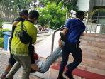 seorang-demonstran-yang-menolak-uu-cipta-kerja-pingsan-lantaran-menghisap-gas-air-mata.jpg