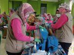 seorang-guru-tengah-menjalani-vaksinasi-covid-19-di-kecamatan-cikarang-timur.jpg