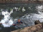 seorang-petugas-rescue-gulkarmat-jakarta-barat-menyelam-menyisir-saluran-phb-di-srengseng.jpg