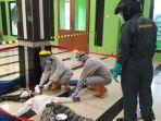 seorang-pria-tergeletak-di-dalam-masjid-alzahidin.jpg
