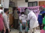 seorang-warga-menjalani-vaksinasi-covid-19-di-perkampungan-di-bintaro-pada-rabu-1182021.jpg