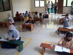 siswa-belajar-online-di-kantor-kelurahan-jatirahayu-bekasi-2.jpg