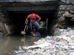 spiderman-pungut-sampah.jpg