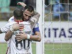 striker-bali-united-ilija-spasojevic-memeluk-rekan-setimnya-paulo-sergio.jpg