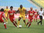 striker-bhayangkara-fc-herman-dzumafo-dikawal-ketat-pemain-pemain-perseru.jpg